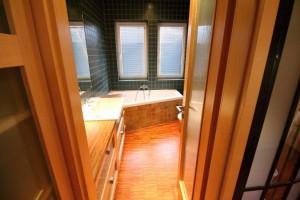 teaková dřevěná podlaha, kantovka do koupelny